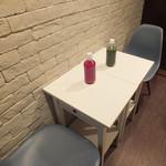 ベジーガレージ - こちらのテーブル席も2名様からどうぞ!