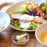 南あわじ美食農園オリザ - サーモンのポワレ タルタルソース 南あわじの旬野菜添え