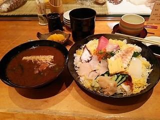 磯寿司  北新地店 - ちらし寿司と魚のアラの赤だしです。赤だしの向こうにフルーツがあります。今日はオレンジ3切れでした。