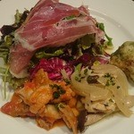 35572112 - 生ハムのサラダに桜海老入りのゼッポリーニ、酸味の効いた鶏のマリネ、ホルモンと豆のトマト煮込み