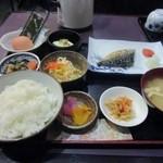 甚六 - 食券を渡してしばらくまつと注文した和朝食900円が運ばれてきました、朝からちょっと豪華な食事になりました。