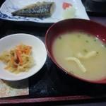 甚六 - 小鉢はもう一つ切干大根、それにワカメと豆腐の味噌汁です。