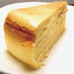結構人 ミルクホール - 自家製チーズケーキ:ドリンクとの同時オーダーで¥300…超濃厚ながら儚い口どけ(単品のみ¥800)