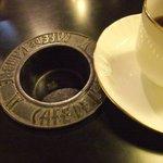 カフェ・ド・ランブル - 灰皿がうめこまれている