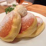 幸せのパンケーキ - 最高級マヌカハニーを少しかけて・・