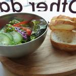 35605735 - パしたランチのサラダとパン