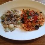 35608539 - (左)自家製サルシッチャとキノコのオレキエッテ クリームソース、(右)カジキマグロとズッキーニのスパゲッティ トマトソース