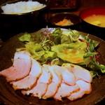"""くんち - レアで食べれる""""芳寿豚""""のローストポーク"""