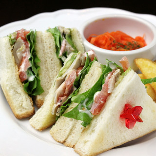 ボリューム満点な手作りサンドイッチ