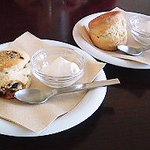 ROQUI  CAFE - 豆乳あずきスコーン(左)と酒粕スコーン