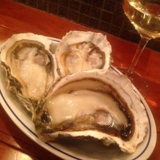 こだわりの生牡蠣と窯焼きピッツァ、15種以上のグラスワイン☆