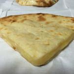 マラティ - カットナン(チーズ)です。通常サイズの4分の1の大きさで税込120円です。