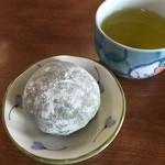 恵林寺東地蔵堂よもぎ団子 - お茶もいただきました