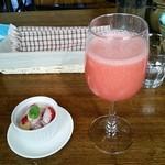 35638192 - ランチのイチゴのデザートと別注文のイチゴ生ジュース
