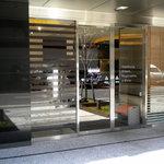 東京バーグ - お店の入口ですがシックといえば聞こえはいいんですが目立ちません
