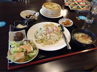 四季海岸 - エビチャーハン定食(648円税別)奥の小籠包は別注文。
