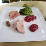カーヴ・ド・コンマ - ほろほろ鶏とリードヴォーのテリーヌ  伊達鶏とフォアグラとピスタチオのテリーヌ  サラミ2種