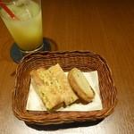 ゼルコバール - 自家製パン、パイナップルジュース