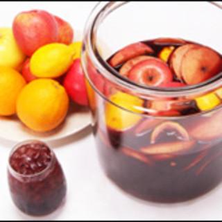 フルーツたっぷり自家製サングリア。美味でビタミンも豊富。
