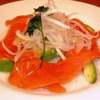 景虎 - サーモンとアボカドのサラダ仕立て…600円