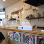 ラーメン よっしー - カウンターから厨房