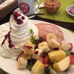 ハワイアンキッチンズ - フルーツと生クリームたっぷりのパンケーキ 1450円