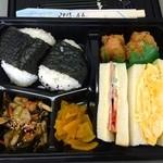 35671147 - お昼のお弁当の正面写真です。600円完食!!
