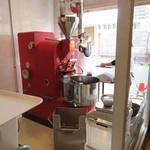 豆香洞コーヒー - お店に入ると、うわー♪って言う位コーヒーを焙煎している官能的なアロマで満たされます。