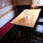 馬鹿力 - テーブル席もある