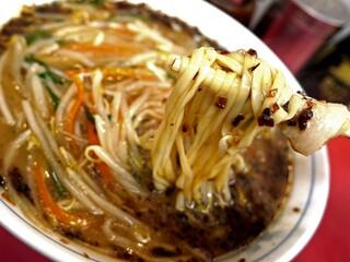 永楽 そば店 - あんかけ野菜炒めがとろりと上にのった昭和のルックスと味わいの一杯。
