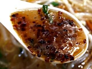 永楽 そば店 - 鶏ガラベースの濃い醤油味のスープ。 炒め野菜の旨味、香味油の香り、揚げネギのコクが溶け込んでいる。