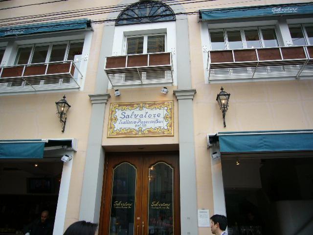 アルタムーラ - お店は中目黒駅の線路沿い