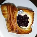 35693538 - ブルーベリーチーズパン
