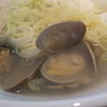 35695087 - あさりラーメンのアップ。麺は太めのちぢれ平打ち麺。