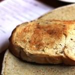 カフェルセット鎌倉 - 三枚目は、手挽きの黒コショウを練り込んだパン。すっごくスパイシーで、そのまま食べるのがお勧めです。