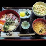 35702946 - 地魚入り海鮮丼にあら汁・サラダ・漬物が付く