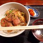 らむ蔵 - 特上ラムステーキ丼(¥800)+セット(¥100)。お新香はキムチ、スープは蕎麦!