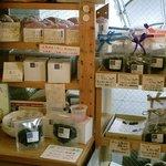 午前10時午後3時 - 店頭での紅茶の販売もあります。