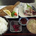 日本亭 - 日替わり定食750円 刺身:左から時計回りにアジ、真鯛の松皮造り、ほたるいか、マツカレイ。