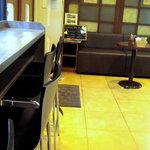 ベンダー×ベンダー - 店内はイートインのカウンター席とテイクアウトを待つソファーがあります