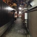 神楽坂 割烹 越野 - お店側から 石畳が雰囲気出してます