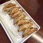 35716646 - 餃子                       370円                                              ちっちゃくて美味しい(^^)                                              お皿の真ん中に並べてくれたらいいのにね(笑)
