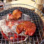 立ち食い焼肉 と文字 - タンの焼き加減に関しては、しっかり焼いた方が旨味が出るとのこと
