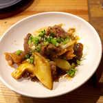 立ち食い焼肉 と文字 - まかない炒め(¥410)。ホルモン各種・長ネギ・椎茸、焼肉タレ味が食欲をそそる