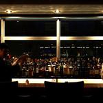 バーリュトン - 店内/カウンター 外はすすきのの夜景