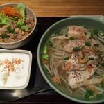 ニャー ヴェト ナム - フォーとミニ丼のセット (フォーは鶏肉チョイス、日替り丼は豚丼)