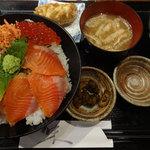 魚串 魚然 - サーモンイクラ丼です。