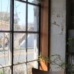 キチカ - 窓辺