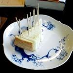 ザ・ミュンヒ - チーズケーキ。最後の一切れだったので人数分に細かく切ってくれました。