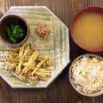 だいこん舎 - 定食セット:菜の花おひたし、ふきのとうとさつまいものかき揚げ、なめこの味噌汁、酢生姜、ごはん、